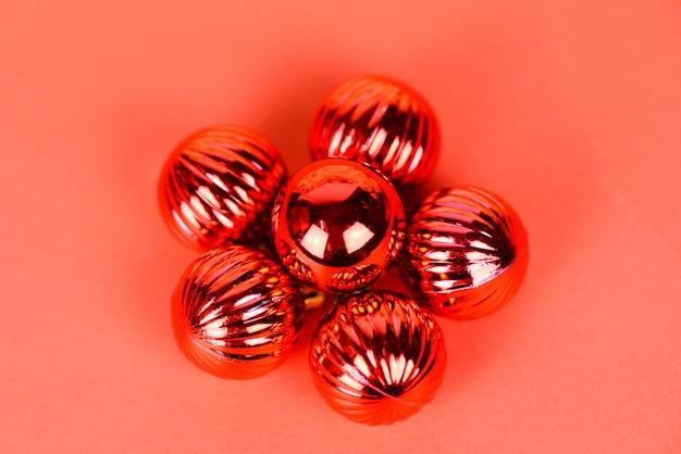 赤いボール休日赤い背景を持つ松の木のクリスマスボールの装飾