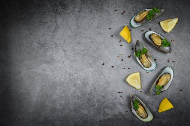 ムール貝の蒸し料理をダイニングテーブルレストランで美味しいプレートシーフードで提供