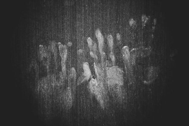 木製の壁に手マーク