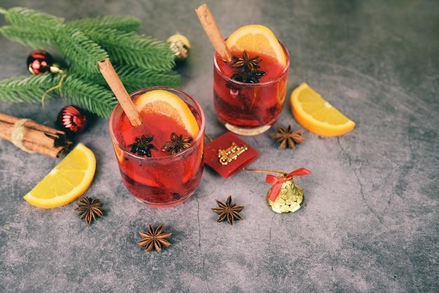 伝統的なクリスマスの飲み物のためのオレンジシナモンスターアニススパイスとのパーティーのようなクリスマスグリューワインおいしい休日