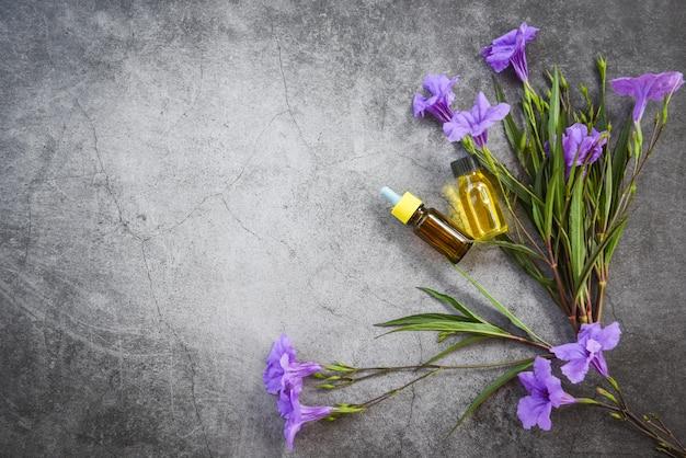 アロマセラピーハーブオイルボトル花の香りと野生の花やハーブのトップビューを含むハーブ製剤