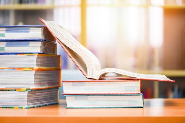 図書館で本を開く