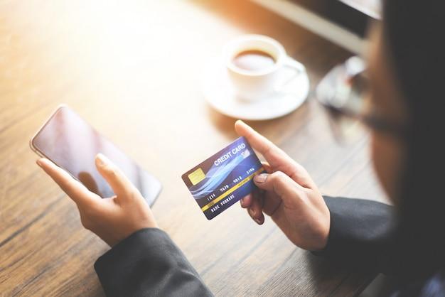 オンラインショッピング用のクレジットカードとスマートフォン