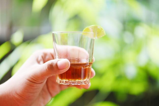 レモンライムとウイスキーまたはアルコール飲料