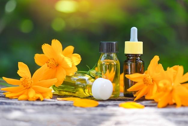 花黄色のエッセンシャルオイルとアロマセラピーハーブオイルボトルの香り