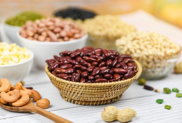 Различные цельные зерна красной фасоли и семена бобовых чечевица и орехи красная фасоль