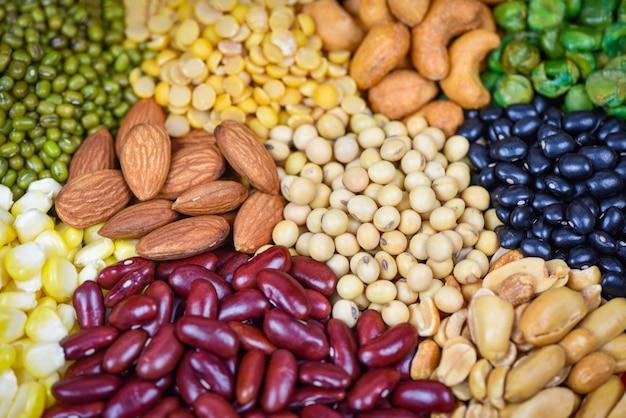 さまざまな豆が自然健康食品のエンドウ豆農業を混合します異なる全粒豆と豆類種子レンズ豆とナッツ