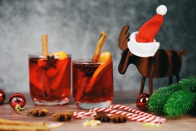 Рождественский глинтвейн вкусный праздник, как вечеринки с апельсиновым корицей, звездчатого аниса, специи для традиционных рождественских напитков, зимние праздники, красный глинтвейн, бокалы, украшенные оленями