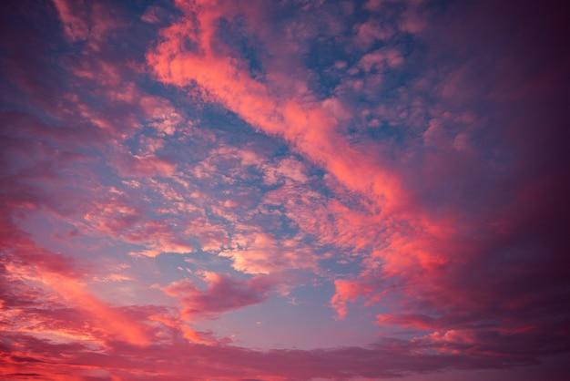 劇的な空の赤い雲素晴らしい色の紫色の雲の夕日カラフルな自然