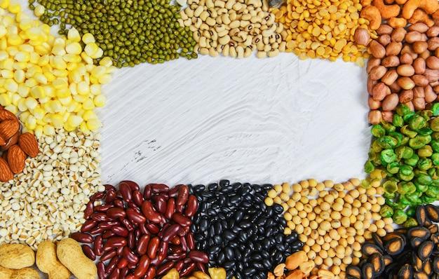 さまざまな豆は、食材を調理するための天然の健康食品のエンドウ豆農業をミックスします