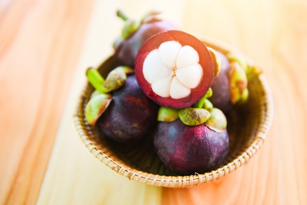 Мангостин очищенный от летних фруктов в корзине свежий мангустин из сада таиланд королева фруктов здоровая
