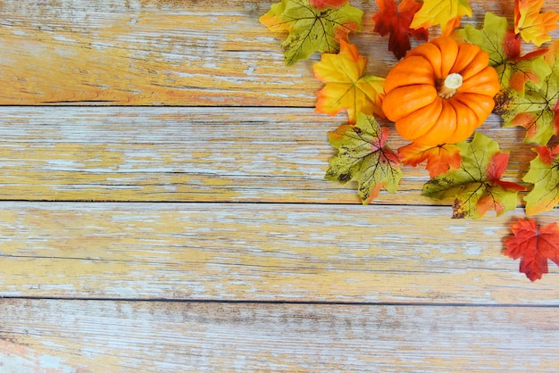 カボチャの休日-秋のテーブルの設定-木製の背景にお祝い感謝祭フレーム秋葉装飾