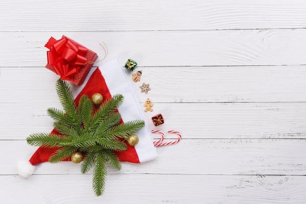 Подарочная коробка и праздничный новогодний подарок