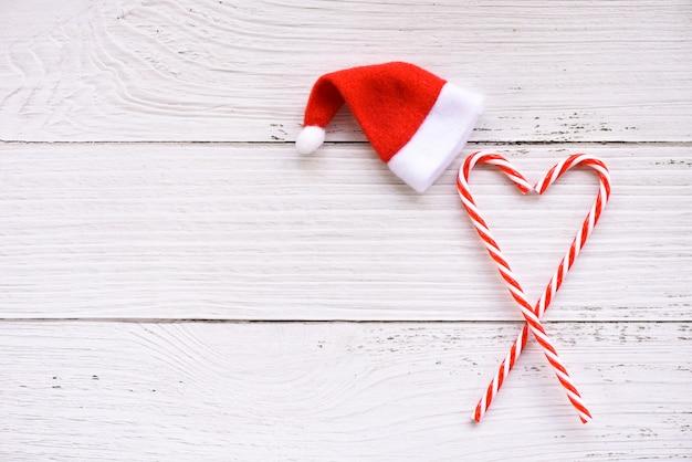 Рождество с колпак санта-клауса и украшения тростника конфеты праздник праздничный объект с новым годом