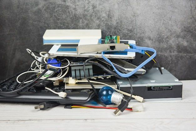 電子機器廃棄物の概念-リサイクルの準備ができているごみ電気廃棄物、古いデバイス