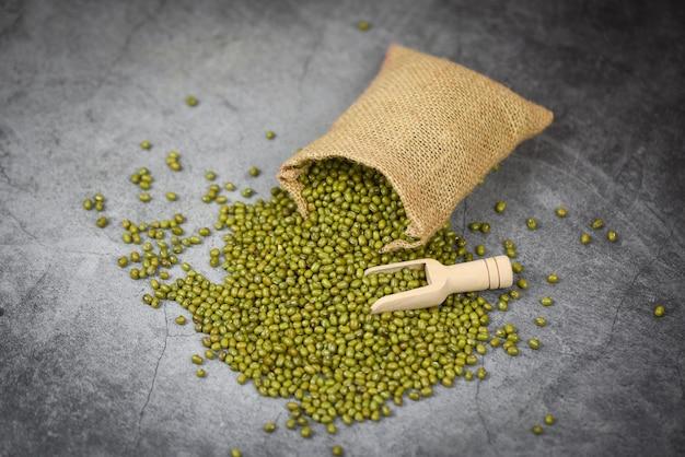 Зеленые бобы мунг в мешке с деревянным шариком