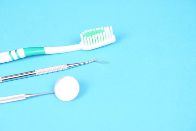 Инструменты стоматолога с зубной щеткой для рта, зеркало для ухода за полостью рта и стоматологические инструменты