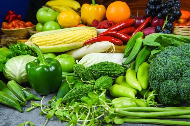 Ассорти из свежих спелых фруктов, красных, желтых и зеленых овощей, на рынке сбора сельскохозяйственной продукции - смешанные овощи и фрукты, фон здоровая пища, чистое питание для здоровья
