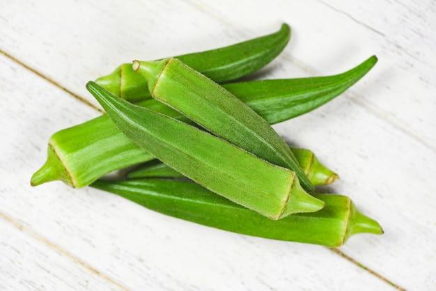 緑のオクラ新鮮な白い木製、オクロガンボの食品の若いオクラ