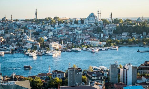 イスタンブール市トルコトップビューパノラマ川-夕方の港湾トルコで東部観光都市イスタンブールボスポラス