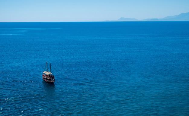 Паром на фоне моря - голубая вода океана в спокойствии и путешествия на лодке