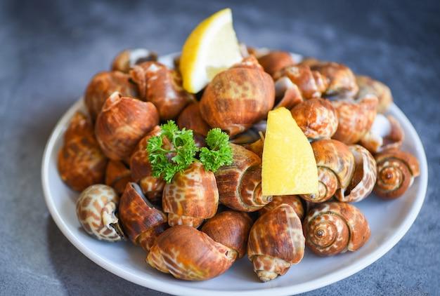 Морепродукты со специями, лимонно-зеленый и петрушка на тарелке