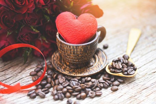 コーヒー豆と木製のコーヒーカップの心
