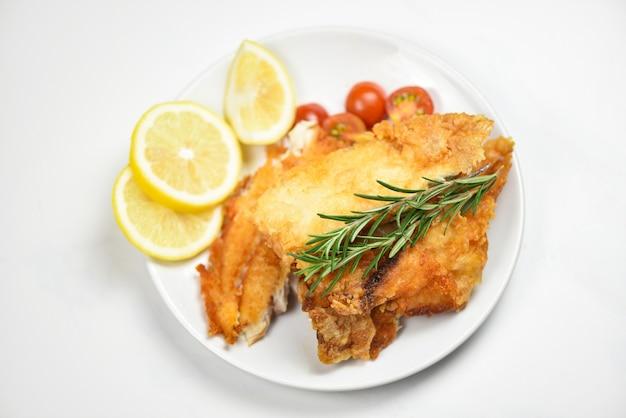 揚げ魚の切り身とハーブスパイスローズマリーとレモン