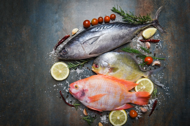 暗い皿に生の魚