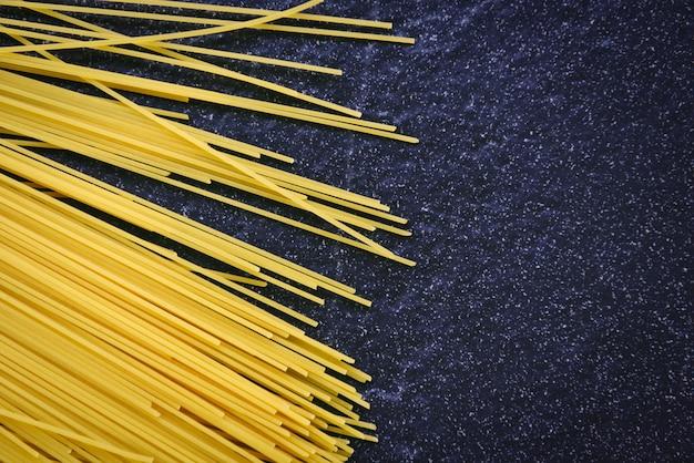 Сырые спагетти итальянская паста сырые спагетти желтые длинные готовые