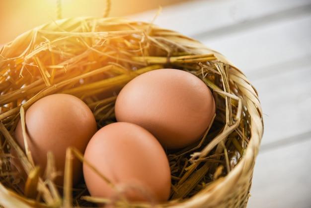 白の木製の巣バスケットの鶏の卵