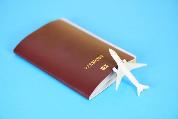 Самолет и паспорт. путешествие на самолете. путешествие на самолете. гражданство. воздушный посадочный талон. деловая поездка.