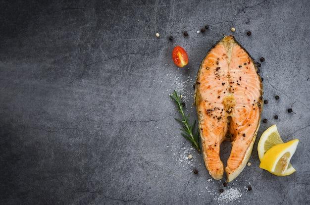 Стейк из филе лосося с морепродуктами / стейк из лосося на гриле с зеленью и специями, розмарин, лимон