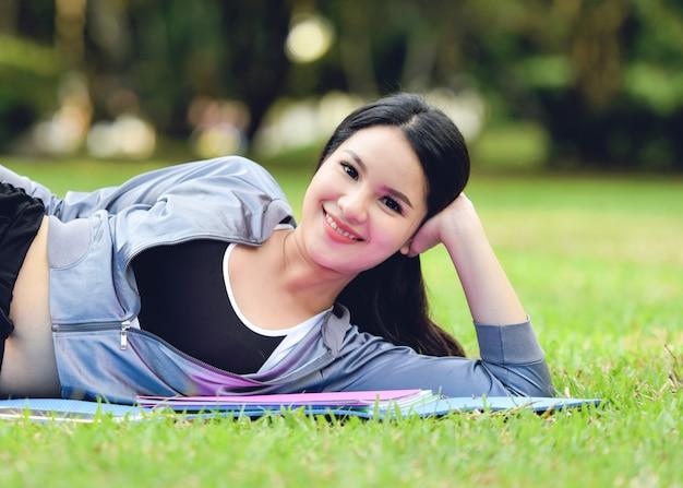 スポーツウェアアジアの女性の庭で美しい笑顔