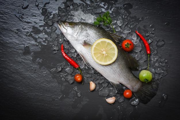 ハーブとスパイスで調理するための新鮮なスズキの魚