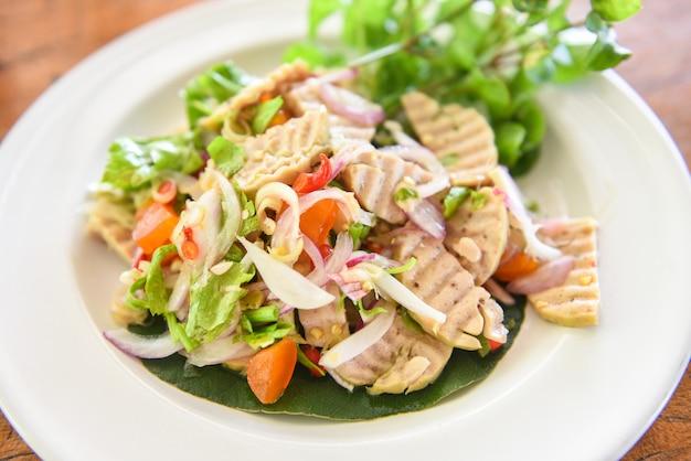 塩味の卵と卵黄と野菜のスパイシーなベトナムソーセージ