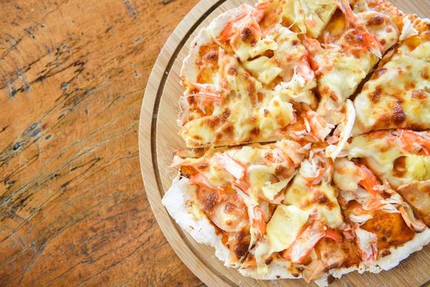 木製トレイのピザチーズスライス