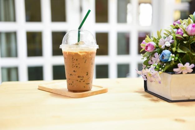 Кофе в пластиковых стаканчиках на деревянный стол