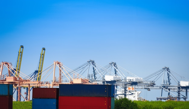 Отгрузка грузового крана и контейнеровоза на экспортно-импортный бизнес и логистика в портовой промышленности и водном транспорте