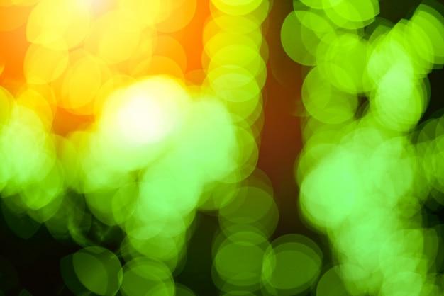 緑のボケの背景抽象的なボケ味が黒の背景