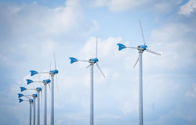 青い空と風力タービンファームで風力タービン自然エネルギーグリーンエコパワーのコンセプト