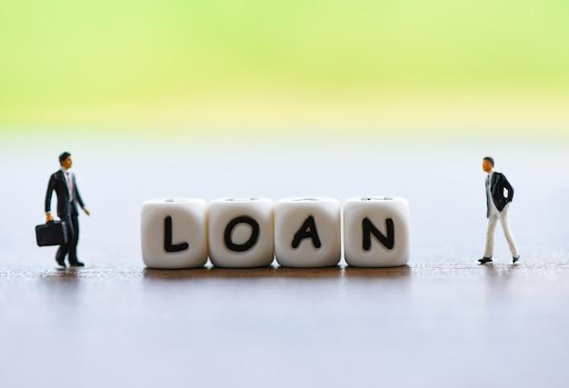 貸し手と借り手のビジネスマン金融ローン交渉/ヘルプ投資銀行不動産の概念のための会議の財務アドバイザー