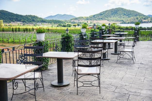 テラスには屋外レストランのダイニングテーブルのバルコニーのテーブルと椅子