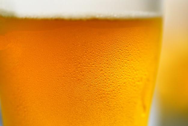 ビールグラス水の滴を泡ビールジョッキのクローズアップ