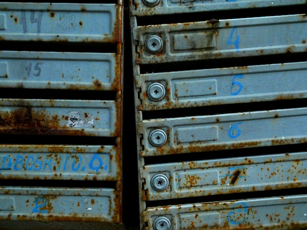 アパートの建物内の古いメールボックス。さびと質感