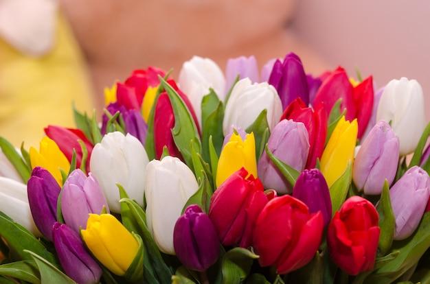 多色のチューリップの大きな花束。明るく晴れた写真