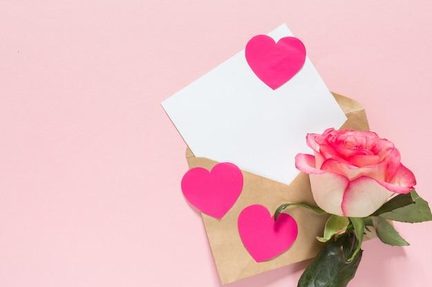 Валентина розовое сердце с рамкой и копией пространства на розовом фоне праздничных