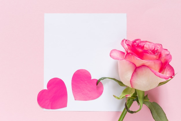 バレンタインの日にピンクのお祭りの背景にフレームとコピースペースとバラ