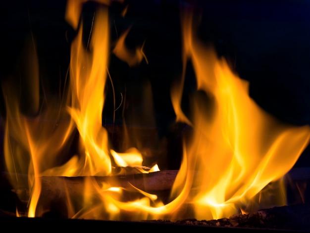 黒の背景に分離された本物の火災ライン炎。モックアップの防火壁。