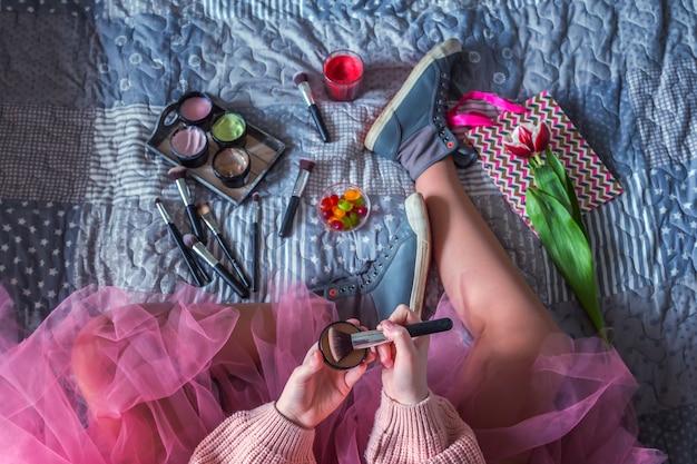 あなたが本を読み、お菓子と一緒に暖かいお茶を飲むときの朝春夏週末。